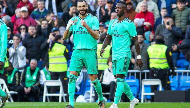 Benzema y Vinicius celebran el segundo tanto del Real Madrid, obra del galo.
