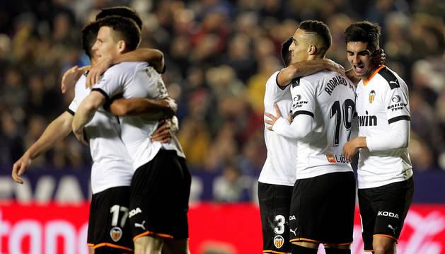 Los jugadores del Valencia felicitan a Kevin Gameiro (izda.) tras uno de los goles anotados por el delantero francés.
