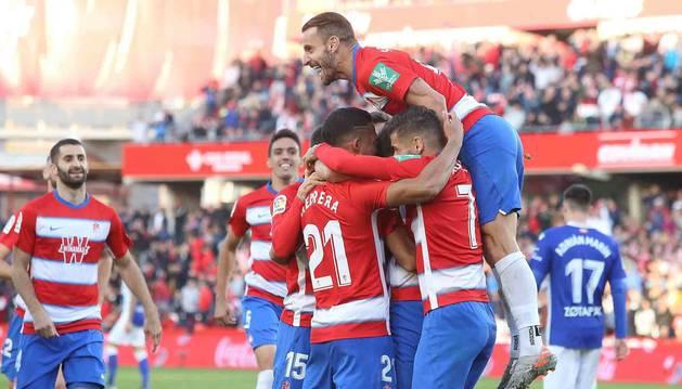 Imagen de los jugadores del Granada celebrando uno de los goles.