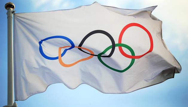 La bandera olímpica ondea en la sede del COI en Lausana (Suiza).