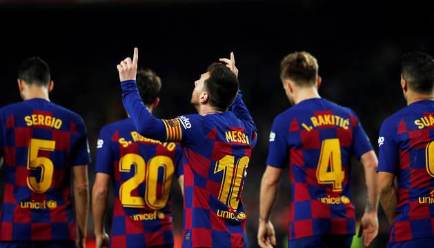 Leo Messi dedica uno de sus goles con la mirada al cielo tras recibir la felicitación de sus compañeros.