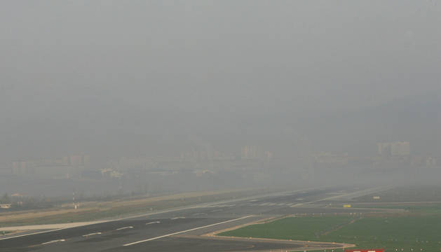 La pista del aeropuerto de Noáin, bajo la niebla.