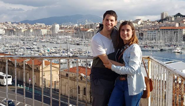 Judit Esnoz Larraya y su pareja Celer Gutiérrez Dávila, en el puerto de Marsella (Francia).