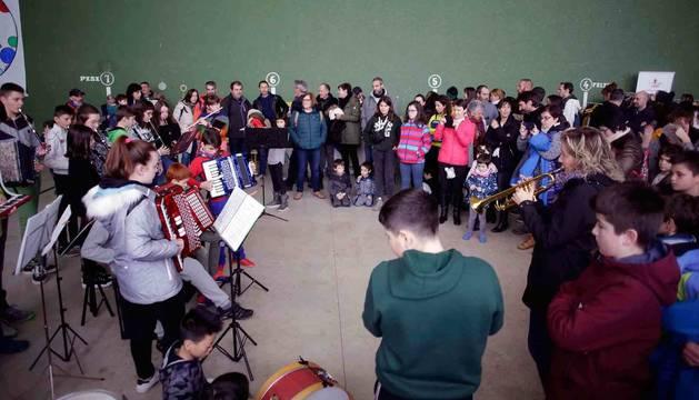 Imagen de la fanfarre txiki de la Escuela de Música Orreaga interpretó varias piezas en el frontón de Abaurrea Alta.