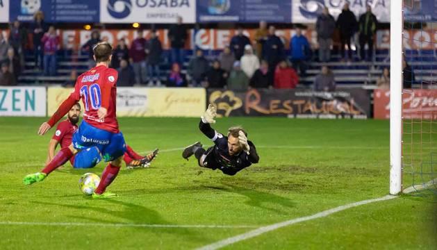 Imagen del portero del Tudelano, Mikel Pagola, se lanza para tapar el lanzamiento de Adrián.