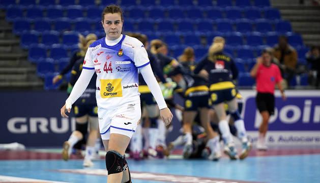 Gesto contrariado de Ainhoa Hernández con las suecas al fondo celebrando el tanto del empate.