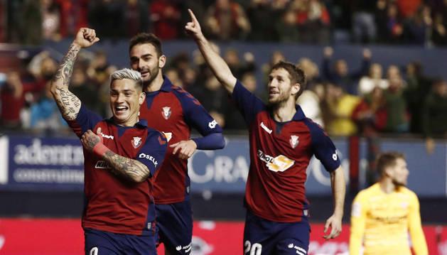 Chimy Ávila, Adrián y Brasanac celebran el gol de Osasuna.