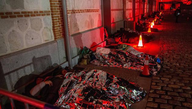 Cientos de madrileños se han puesto este sábado en la piel de una persona sin hogar durmiendo a la intemperie en el centro cultural Matadero dentro de la primera