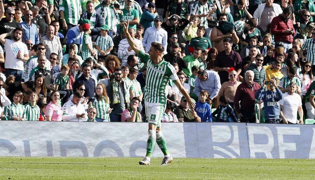 El centrocampista Joaquín Sánchez del Real Betis celebra su segundo gol ante el Athletic club de Bilbao.