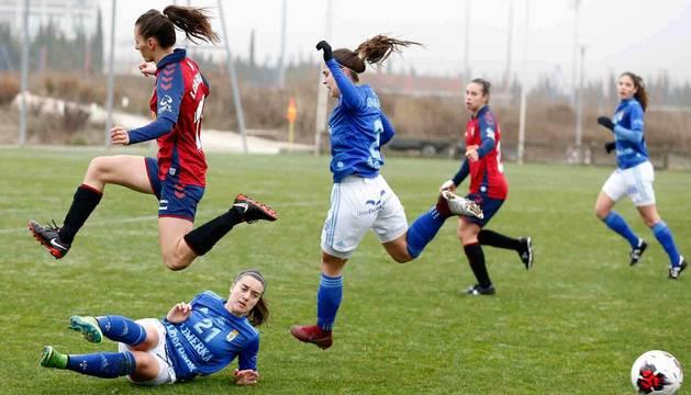 Imagen de las jugadoras de Osasuna y Oviedo en un lance del partido.