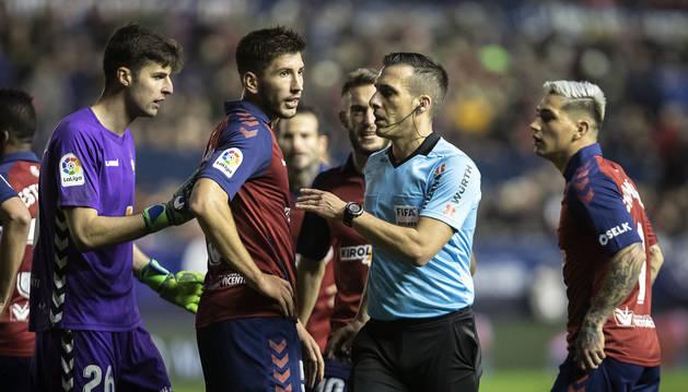El árbitro Estrada Fernández, tras señalar el penalti a favor del Sevilla. Luego, gracias al VAR, rectificó.