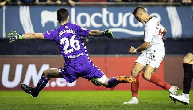 Juan Pérez tapa valiente el mano a mano con el 'Chicharito' en una de las ocasiones del Sevilla.