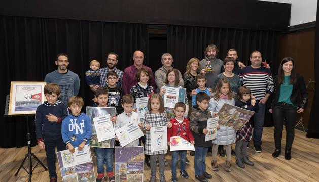 Los integrantes del Grupo Gaiteros de Tudela y los premiados en el Concurso Infantil de Dibujo posaron juntos.