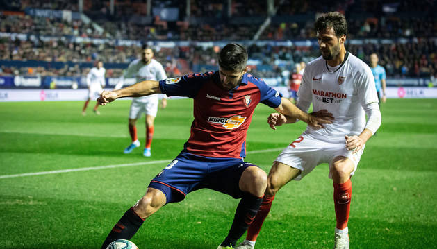 Navas protege la pelota ante el Mudo Vázquez.