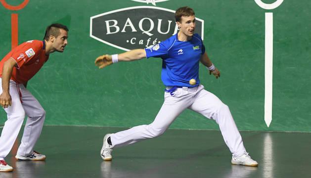 Foto de Iñaki Artola le suelta a la pelota en presencia de Oinatz Bengoetxea en el partido de Tolosa.