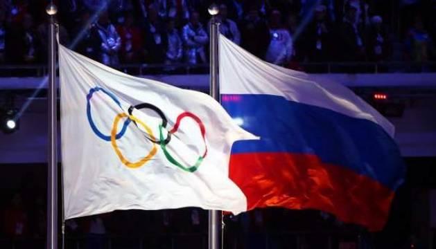 Foto de archivo de la bandera olímpica (izquierda), ondeando junto a la bandera rusa.