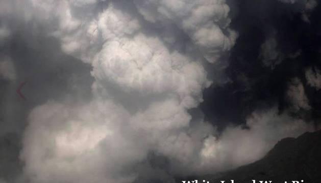 Medio centenar de turistas se encontraban en la isla donde ha entrado en erupción