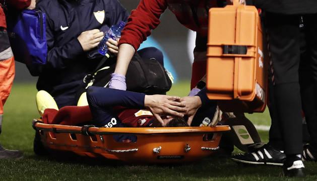 Momento en el que los servicios médicos proceden a retirar a Marc Cardona en camilla tras el golpe contra el Sevilla.