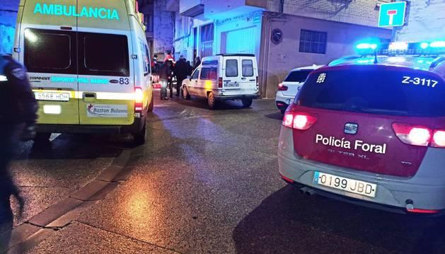 Foto de una ambulancia y Policía Foral, en el lugar del suceso.