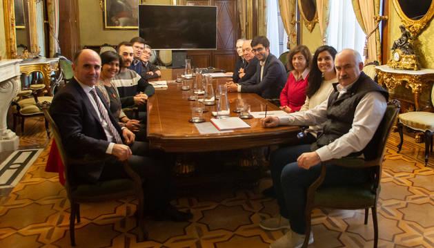El vicepresidente Aierdi y el consejero Ayerdi junto al alcalde de Estella-Lizarra, Gonzalo Fuentes, y resto de autoridades locales en la reunión mantenida este lunes.