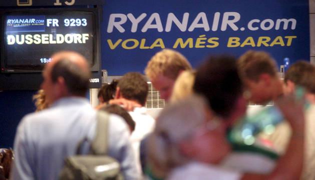 Los turistas hacen cola en el aeropuerto de Girona.