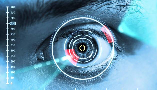 Imagen de archivo de un ojo humano analizado por una máquina.
