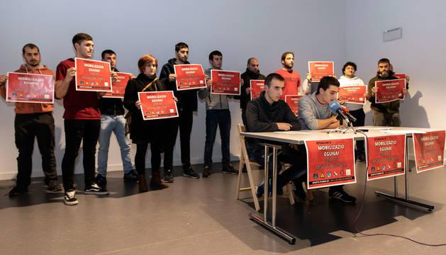 Foto de Unai Jiménez y Hodei Aranguren leen el comunicado de presentación de la nueva plataforma.