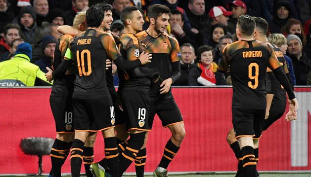 El Valencia se mete en octavos de la Champions por la puerta grande