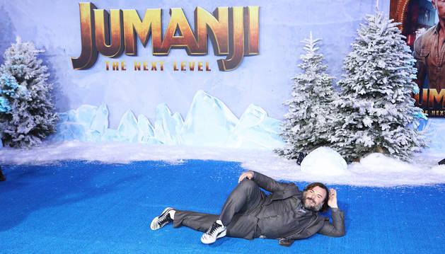 El actor Jack Black posa en el suelo durante el estreno en Londres de 'Jumanji: Siguiente nivel'.