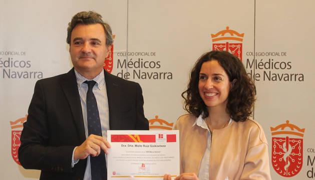 Foto de la entrega de la beca a la pediatra Maite Ruiz.