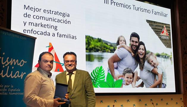 Foto del gerente de Sendaviva, Rubén González, recogiendo el premio de manos del vicepresidente de la Federación Española de Familias Numerosas, José Manuel Trigo.