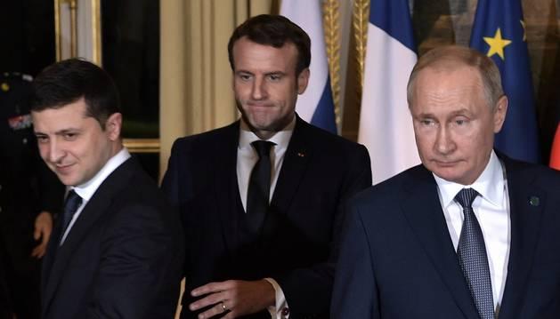 Foto del presidente ucraniano, Volodymyr Zelensky; el presidente francés, Emmanuel Macron; y el presidente ruso, Vladímir Putin.