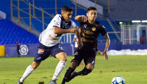 El marcillés, tudelano de adopción, Samuel Goñi Villava (izda.) disputa un balón con la camiseta de su anterior equipo, el Club Atlético Celaya.