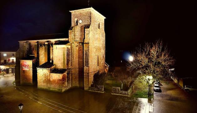 La iglesia fortaleza de La Asunción de Urroz-Villa, en plena noche y con la nueva iluminación exterior.