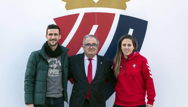 Luis Sabalza, junto al capitán y a la capitana de los principales equipos.