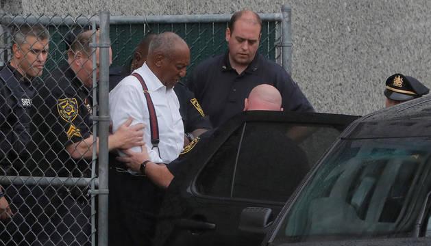 Bill Cosby sale esposado de la corte del Condado de Montgomery en una imagen de septiembre de 2018