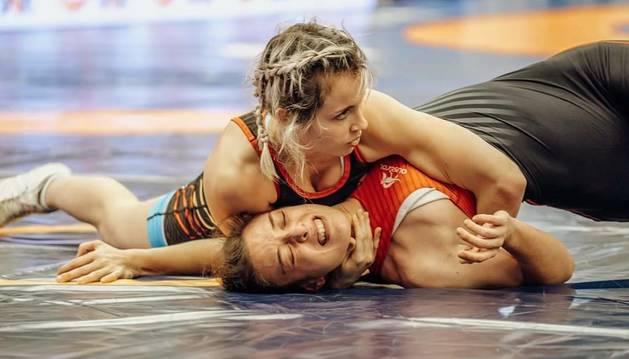 Aintzane Gorria (arriba) inmoviliza a una rival durante un combate en el que resultó vencedora.