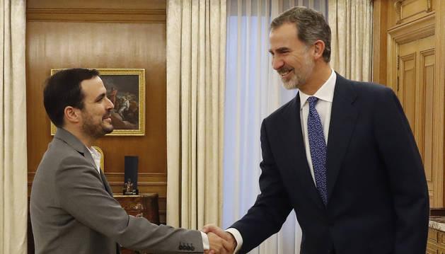 Alberto Garzón saluda al Rey Felipe VI en la reunión previa a la investidura dle nuevo Ejecutivo.