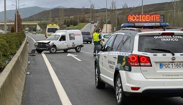 Una patrulla de la Guardia Civil regula el tráfico en el lugar del accidente.