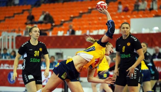 La sueca Linn Blohm lanza a portería durante el encuentro contra Montenegro.