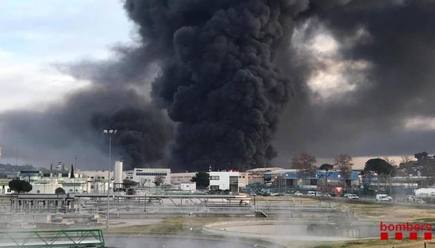 Declarado un aparatoso incendio en una planta de reciclaje de Barcelona