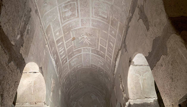 Imagen de parte de la basílica entrada bajos las vías del tren en Roma.