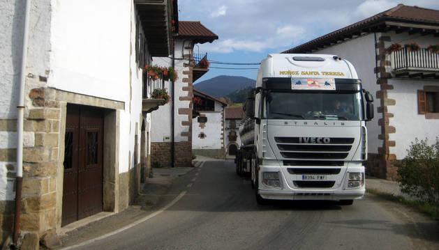 Un camión atraviesa el núcleo urbano de Arraitz.