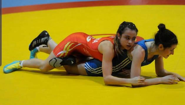 Aintzane Gorria, arriba, sujeta a una rival durante una competición con la selección española.