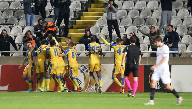 Los jugadores del APOEL celebran el tanto que les dio la victoria contra el Sevilla.