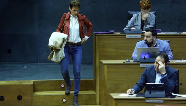 Chivite se dirige a su asiento en el Parlamento de Navarra.
