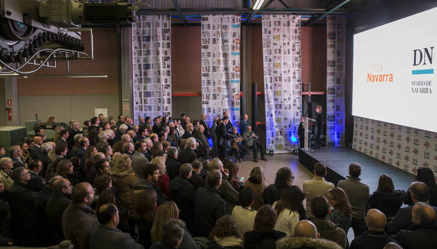Momento del encuentro vivido ayer en el edfificio de la rotativa de Diario de Navarra. Los asistentes escuchan las palabras de la directora de Diario de Navarra, Inés Artajo Ayesa.