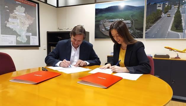 Foto del director general de Obras Públicas e Infraestructuras, Pedro López, y la alcaldesa del Ayuntamiento del Valle de Egüés, Amaia Larraya, en la firma del convenio.