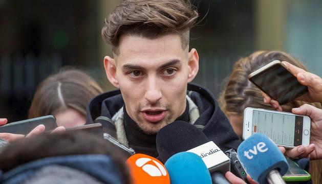 Carlos Cuadrado, uno de los tres exjugadores de la Arandina acusados de agresión sexual a una menor, comparece ante los medios tras conocer la condena a 38 años de cárcel a cada uno de ellos.