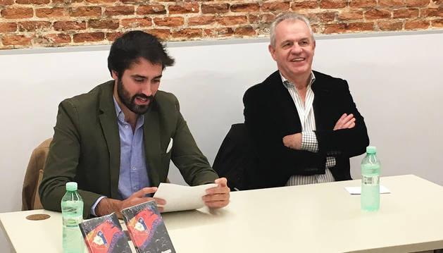 Javier Aguirre, durante la presentación del libro 'Porque somos Osasuna... y eso nunca va a morir', junto a su autor, Daniel Ramírez